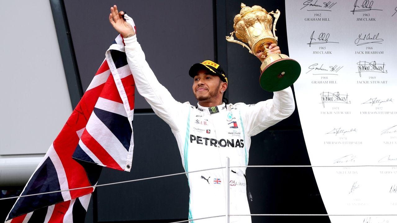 Lewis Hamilton aus Großbritannien von Team Mercedes feiert mit der Trophäe seinen Sieg.