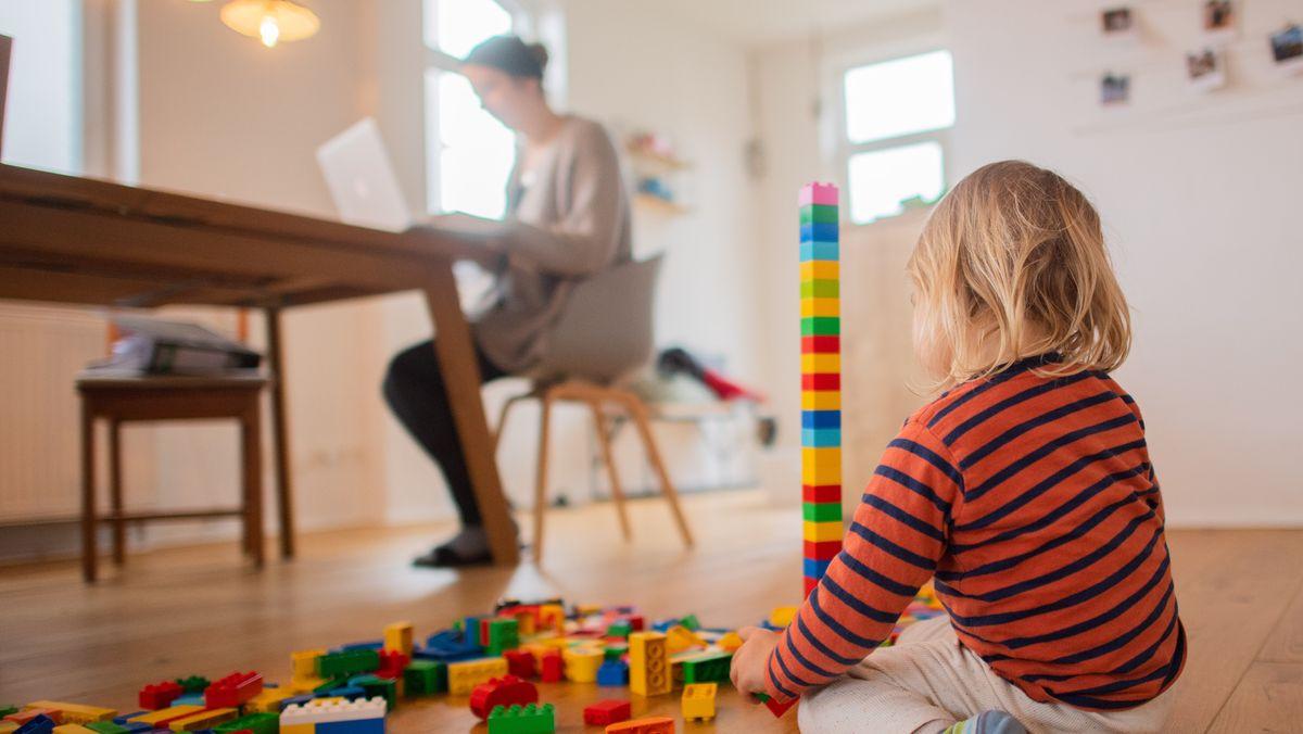 Eine Mutter betreut ihr Kind daheim (Symbolbild).