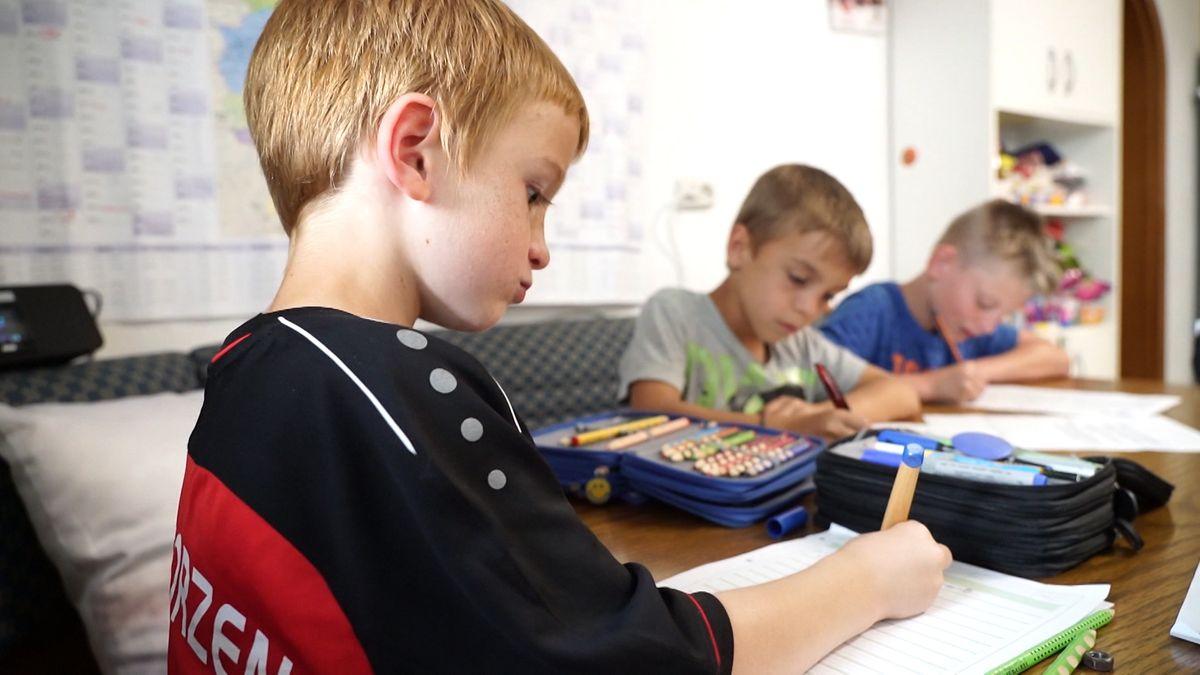 Kinder beim Lernen zuhause.