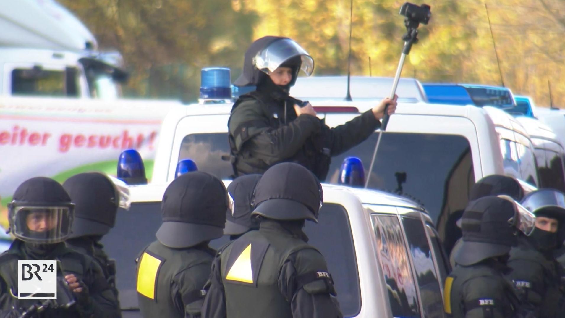 Polizisten mit Helmen und Körperpanzern