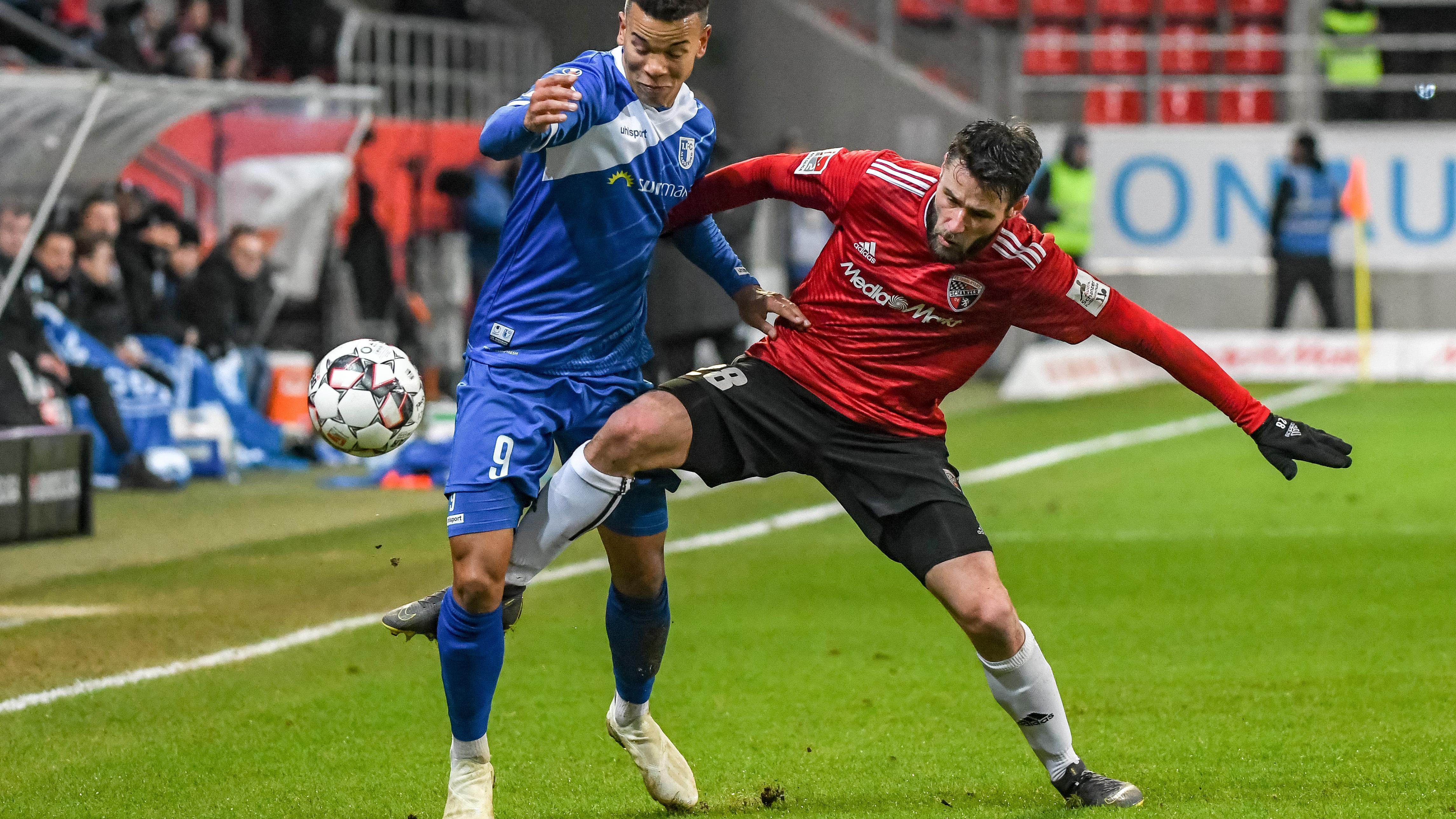 Christian Träsch (r.) von Ingolstadt und Marcel Costly von Magdeburg kämpfen um den Ball