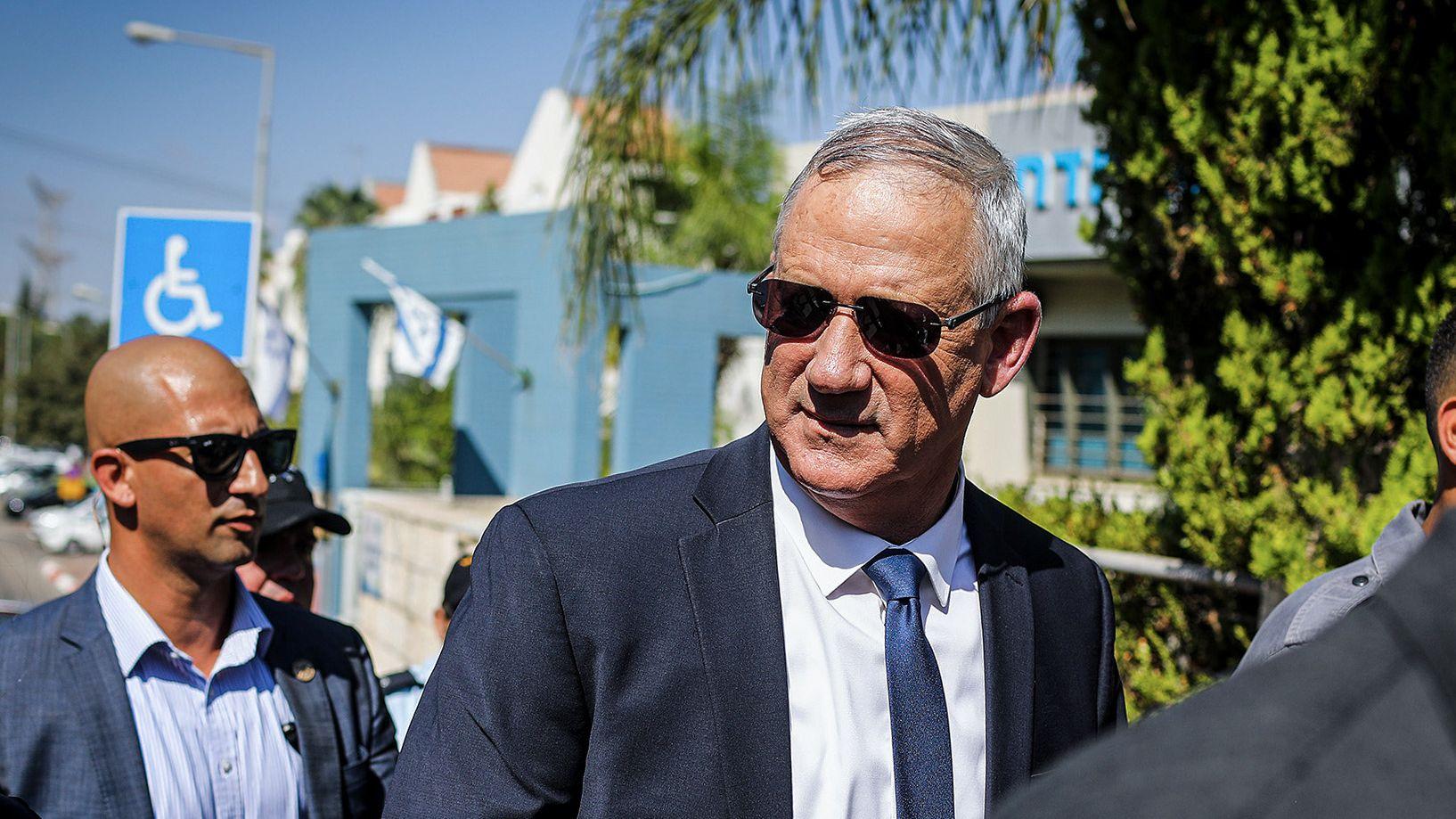 Benny Gantz, Kandidat des Oppositionsbündnis Blau-Weiß, verlässt nach der Stimmabgabe das Wahllokal.