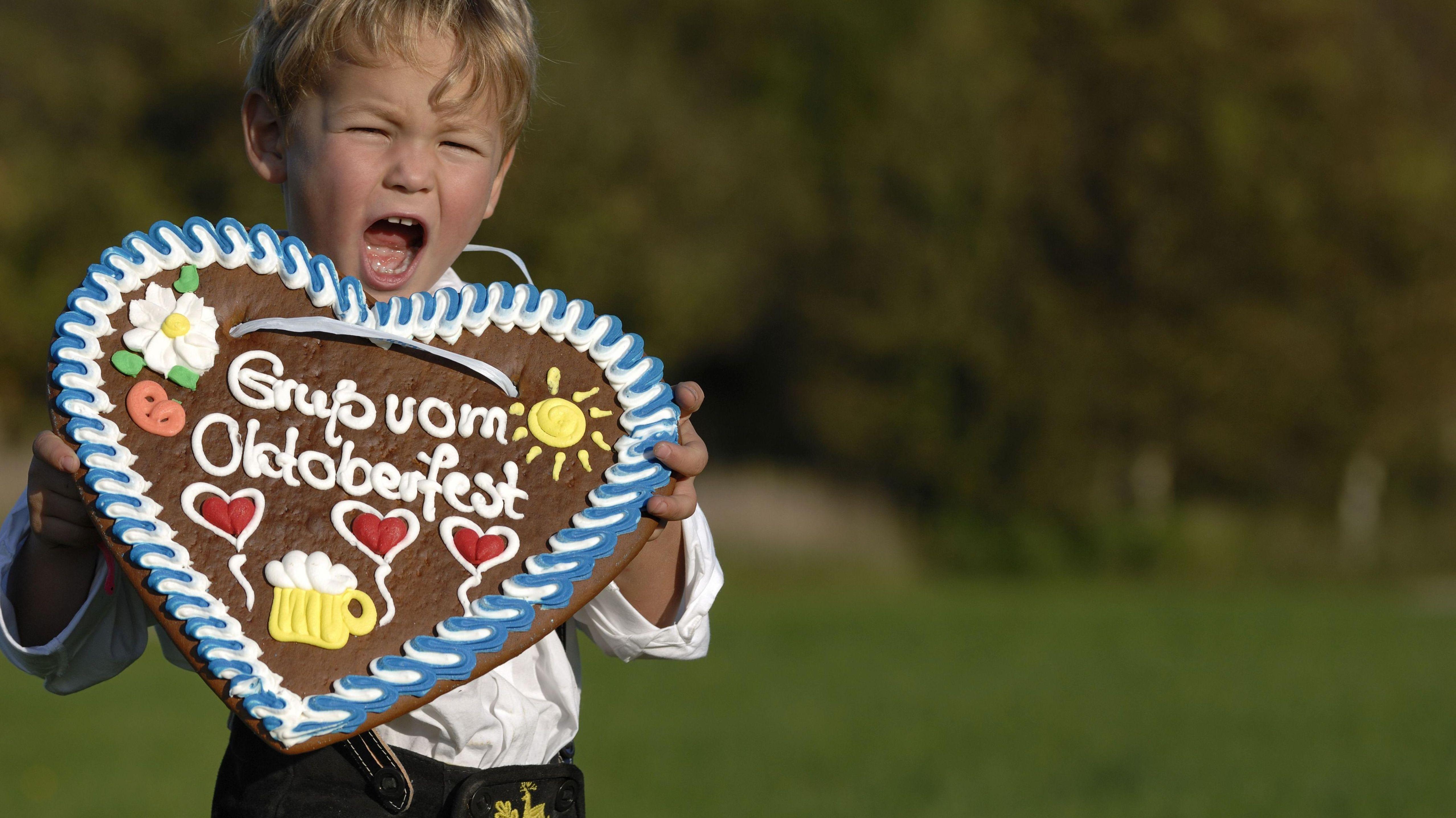 Junge mit Lebkuchenherz