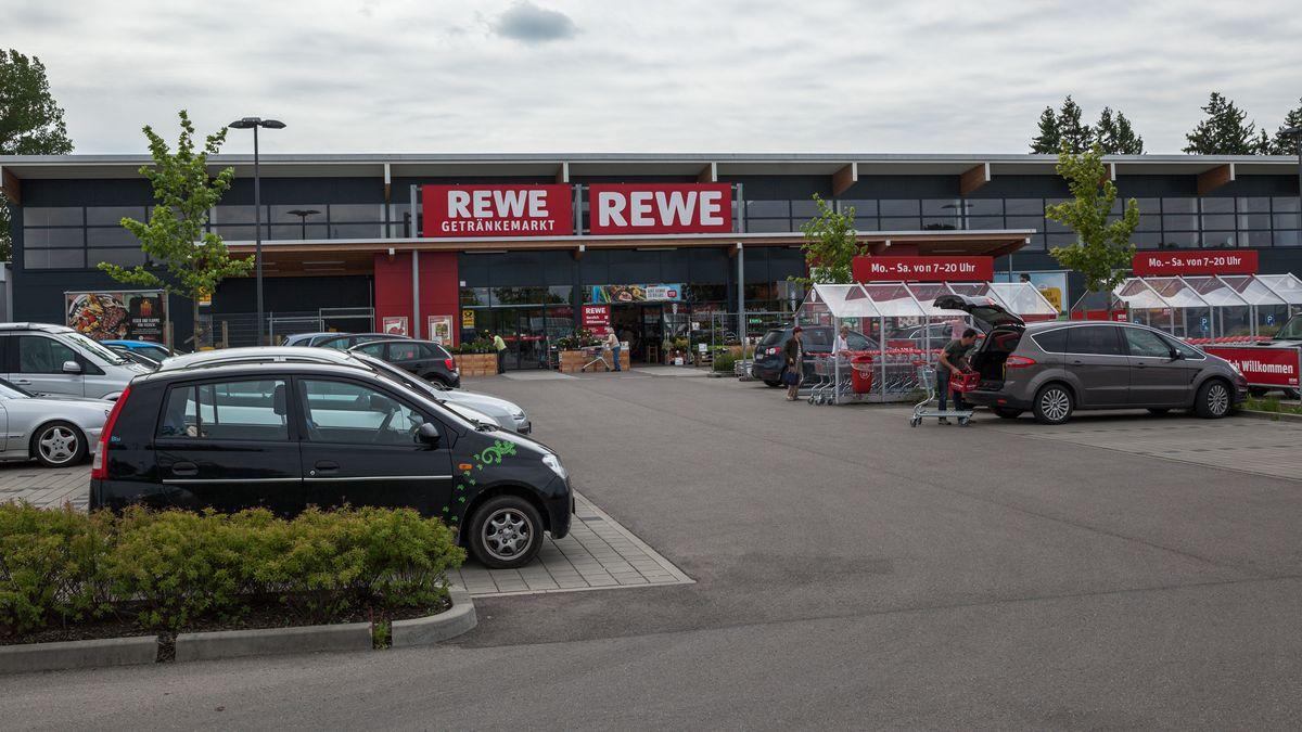 Autos parken vor Supermarkt
