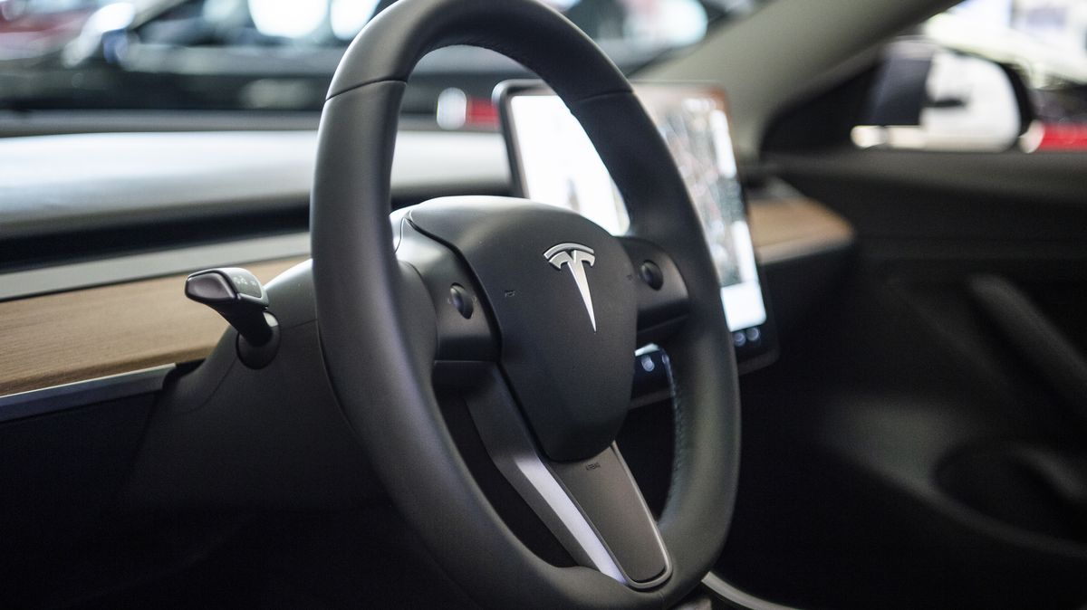 Auf dem Lenkrad des Elektroautos Model 3 von Tesla in einem Ausstellungsraum ist das Logo zu sehen.