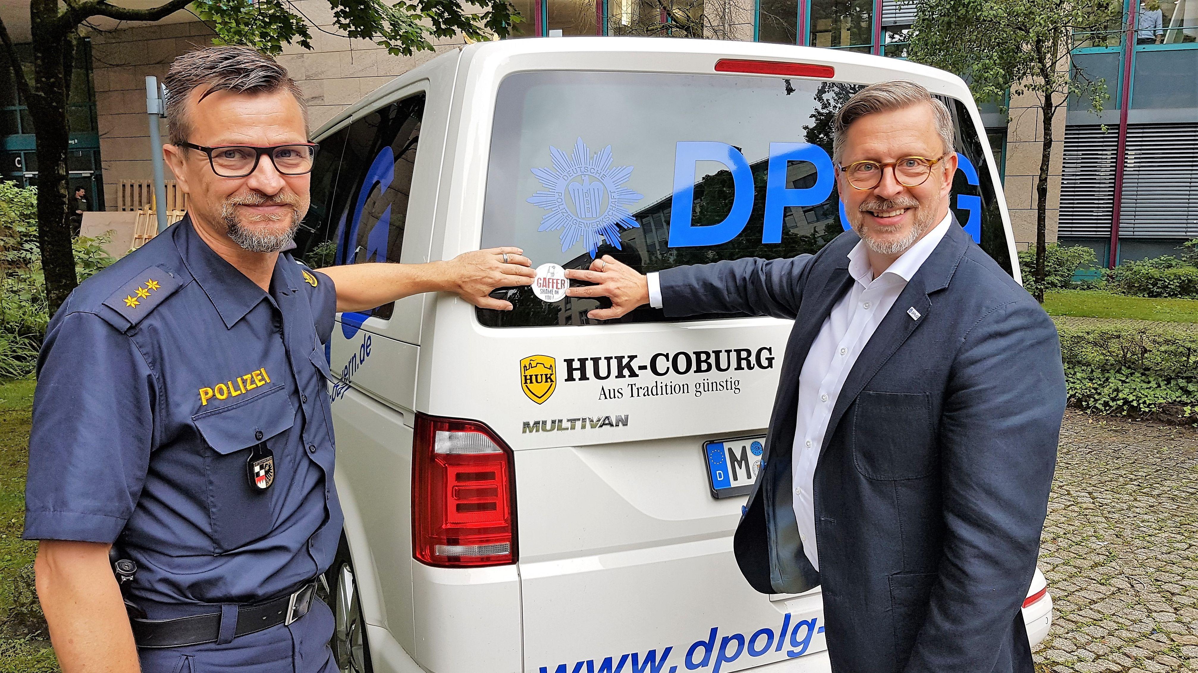 Stefan Pfeiffer (links) und Rainer Nachtigall von der Deutschen Polizeigewerkschaft stellen den Aufkleber vor.