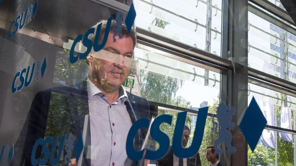 Markus Söder, Ministerpräsident von Bayern, geht vor Beginn der Sondersitzung des CSU-Vorstand an einer Scheibe mit dem Logo seiner Partei vorbei.