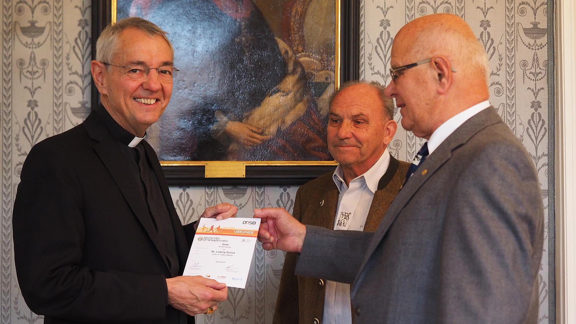 Erzbischof Schick mit Urkunde und den Sportabzeichenprüfern