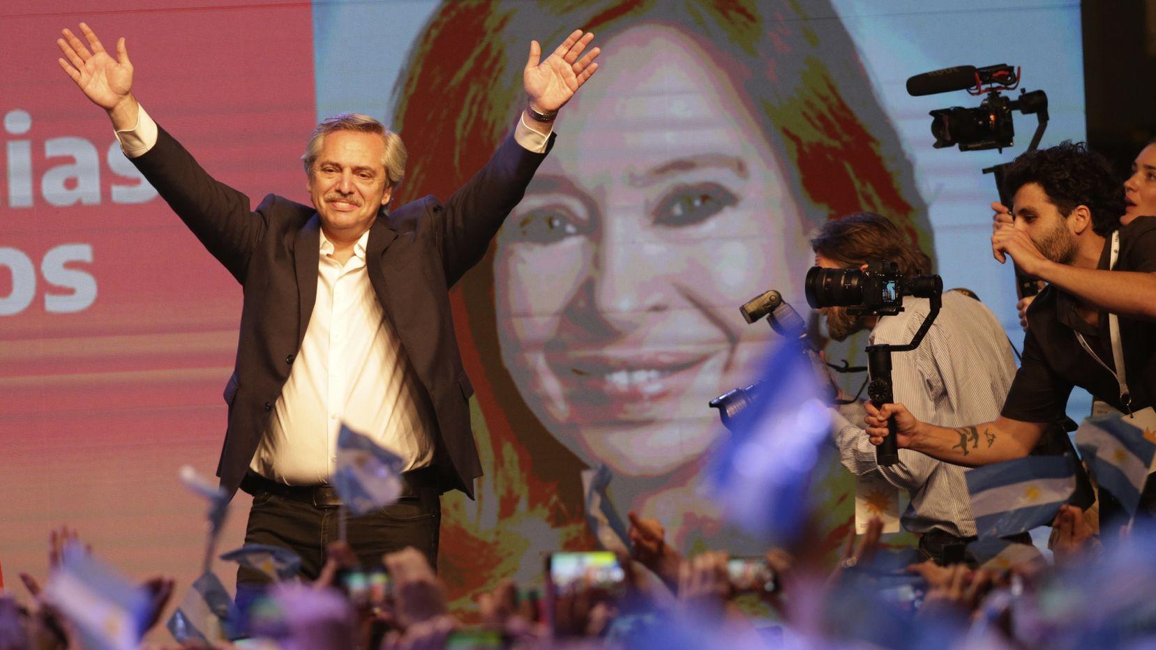 Argentiniens neuer Präsident Alberto Fernández winkt seinen Wählern zu.