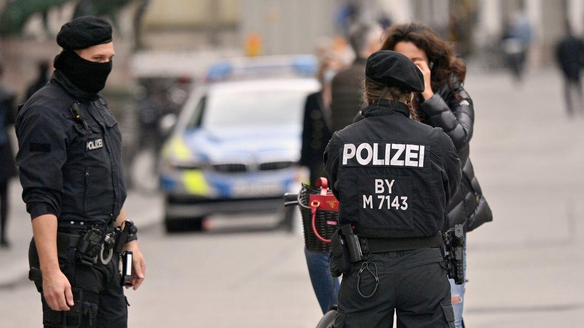Polizisten kontrollieren in der Innenstadt die Einhaltung der Maskenpflicht bei einer Radfahrerin.