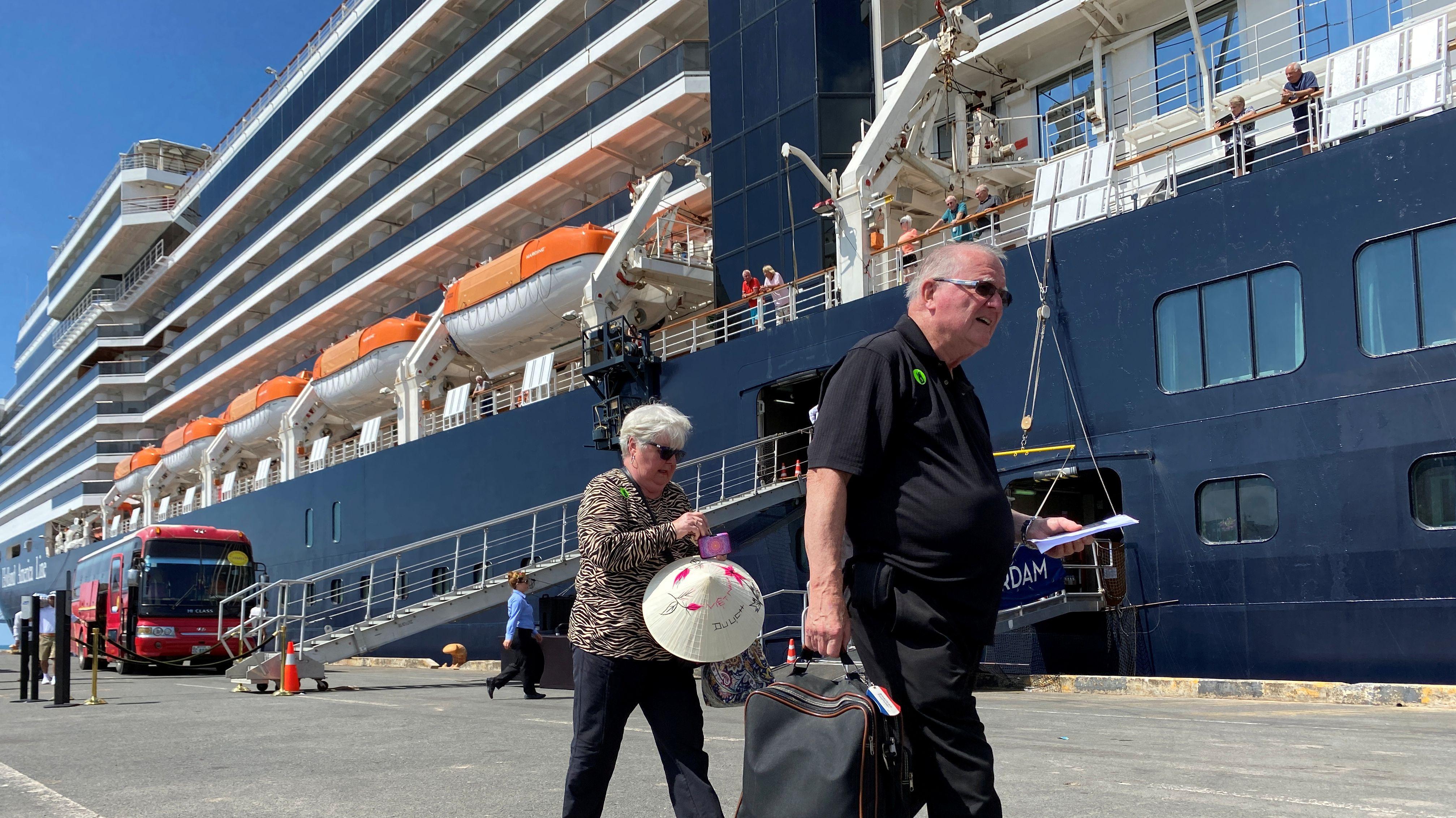 """Die ersten Passagiere gehen in Kambodscha von Bord der """"MS Westerdam"""""""