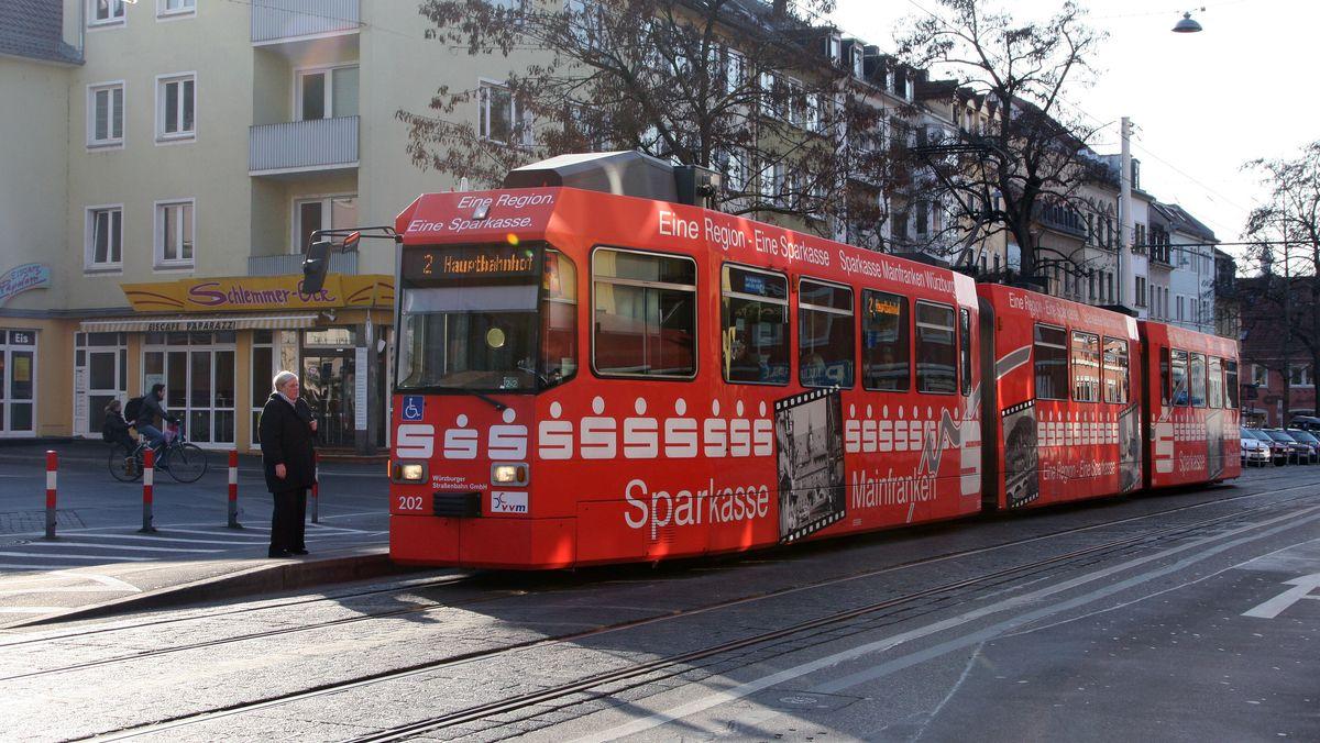 Eine Straßenbahn in der Würzburger Juliuspromenade