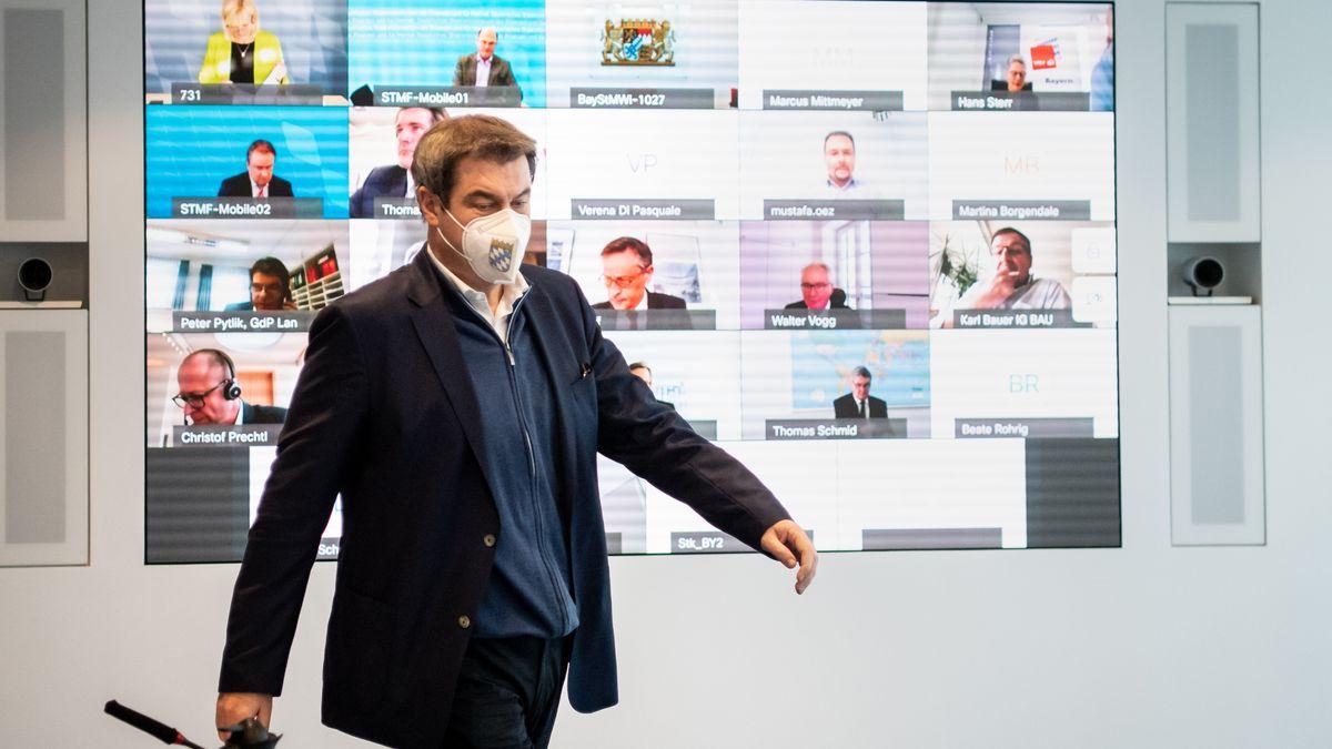 Bayerns Ministerpräsident Söder vor einem Monitor der Schalte mit dem  Partei-Vorstand