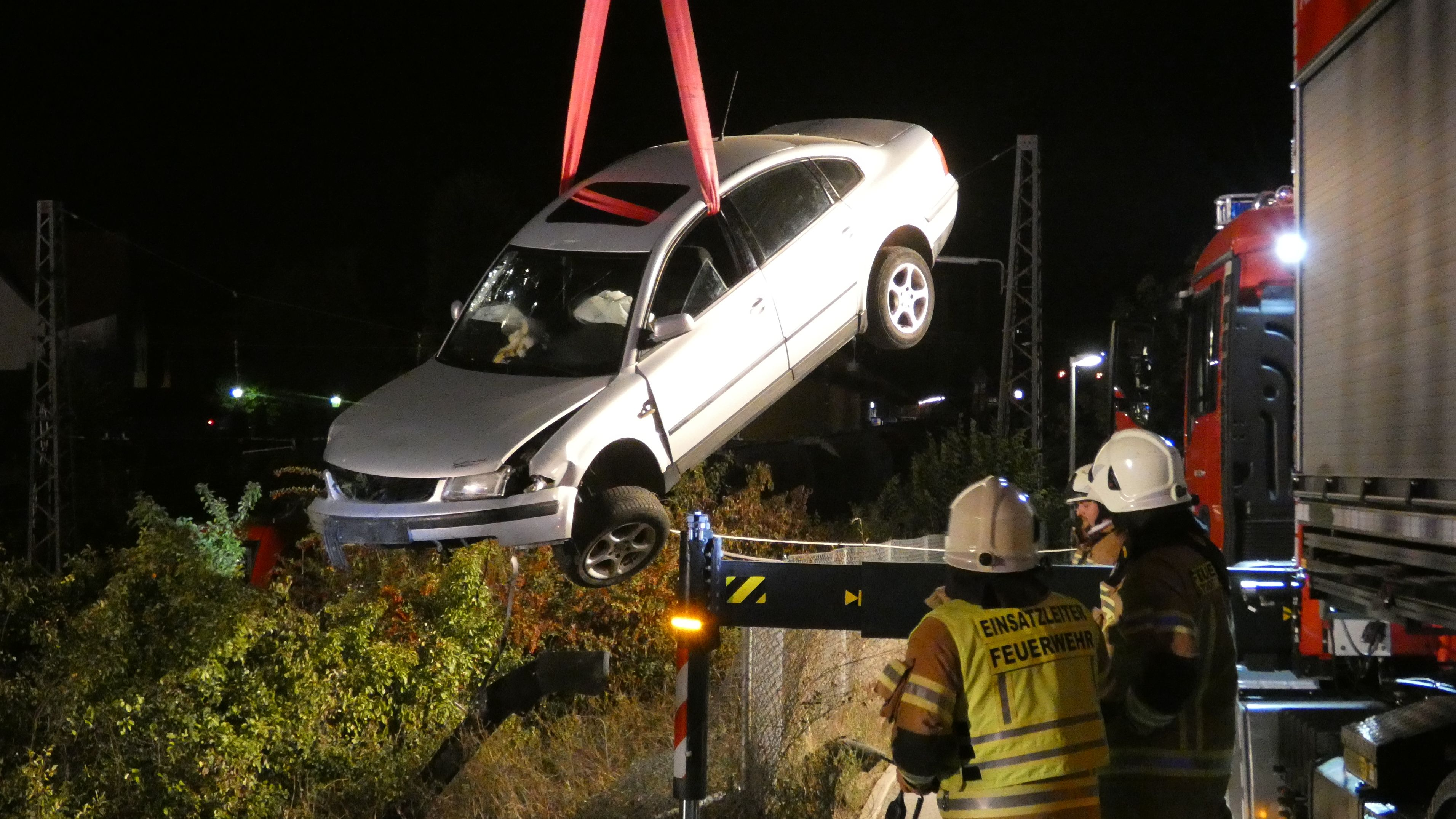 22-Jähriger stürzt mit seinem Auto zehn Meter tiefen Bahndamm hinab