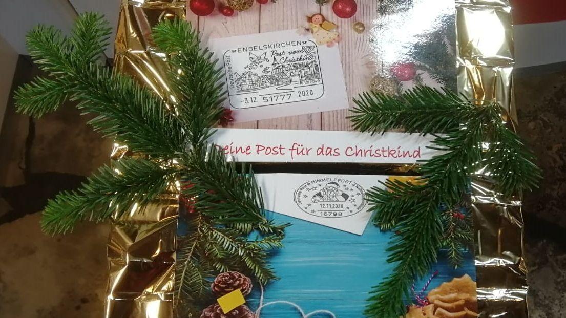 Ein weihnachtlich verzierter Briefkasten, in den Briefe an das Christkind und den Weihnachtsmann eingeworfen werden können.
