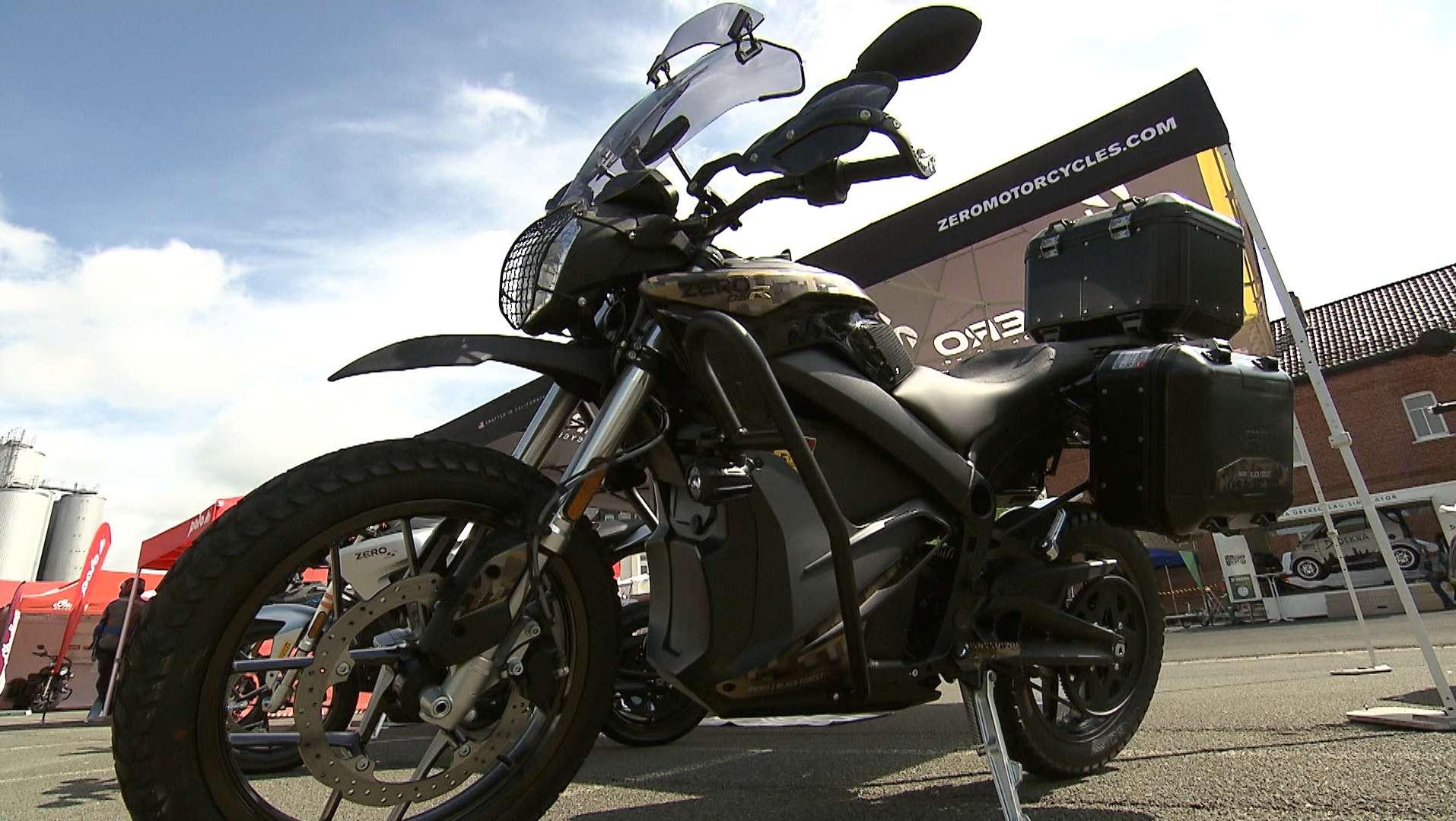 Bei der Motorrad-Sternfahrt in Kulmbach stehen mehrere Motorräder auf einem Parkplatz.