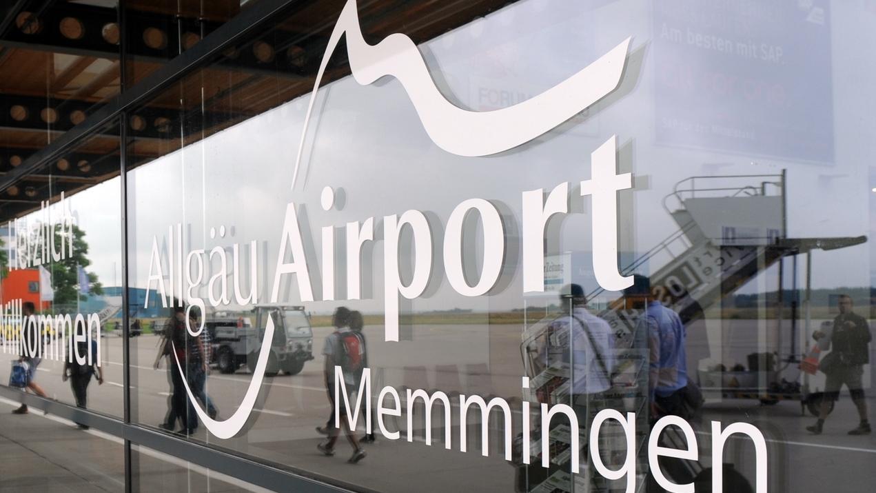 Glastüre mit dem Signet des Airports Memmingen