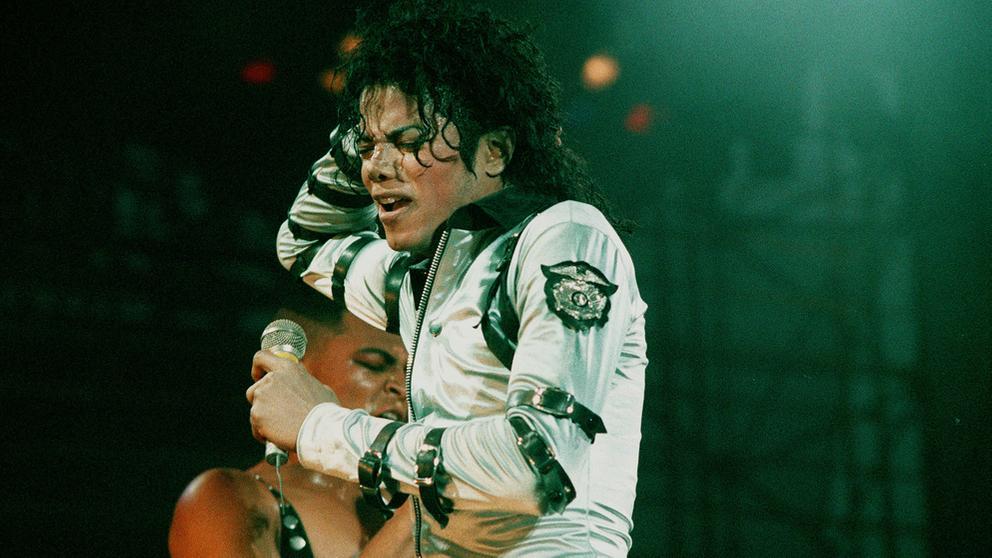Michael Jackson bei einem Konzert 1988   Bild:picture alliance