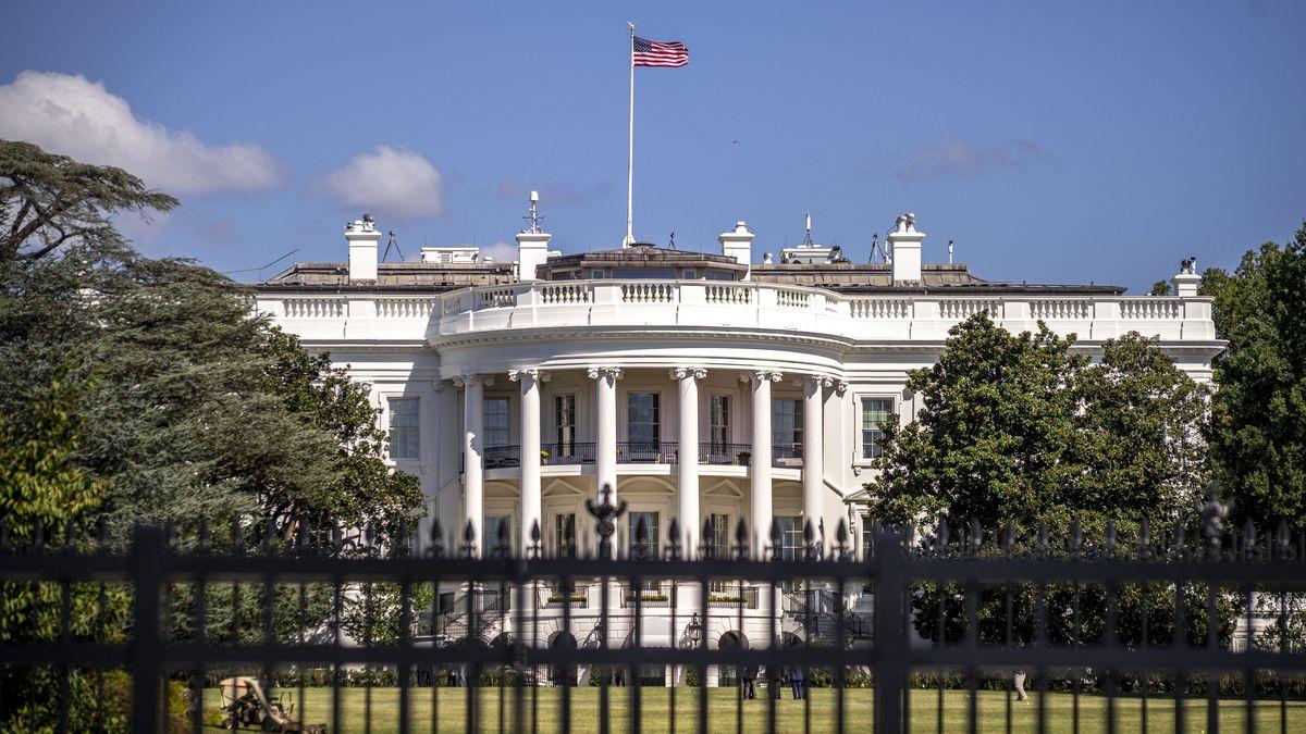 Blick durch den Zaun auf das Weiße Haus in Washington