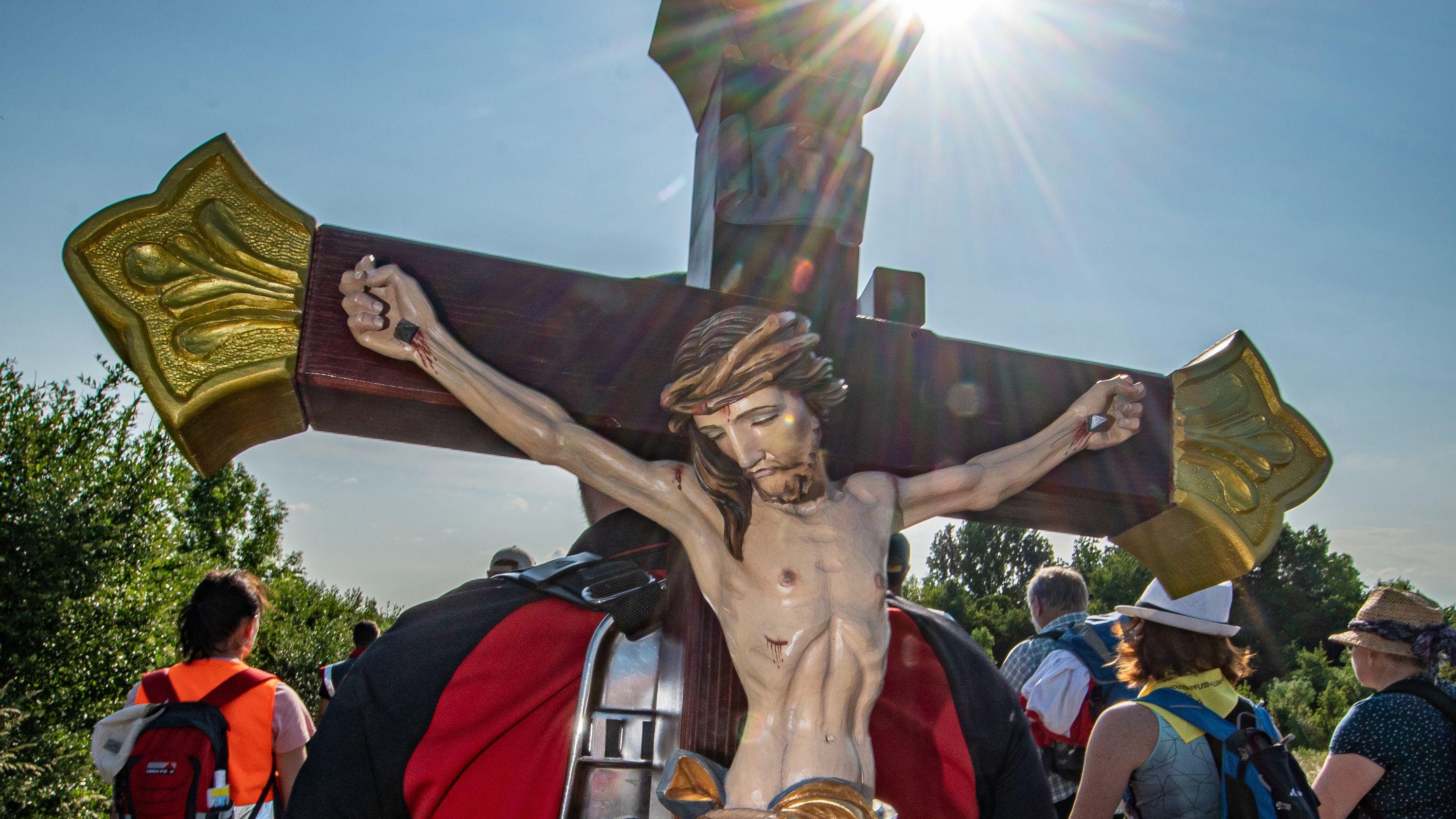 Ein Pilger trägt während der größten Fußwallfahrt Deutschlands ein Holzkreuz nach Altötting. (Symbolbild)