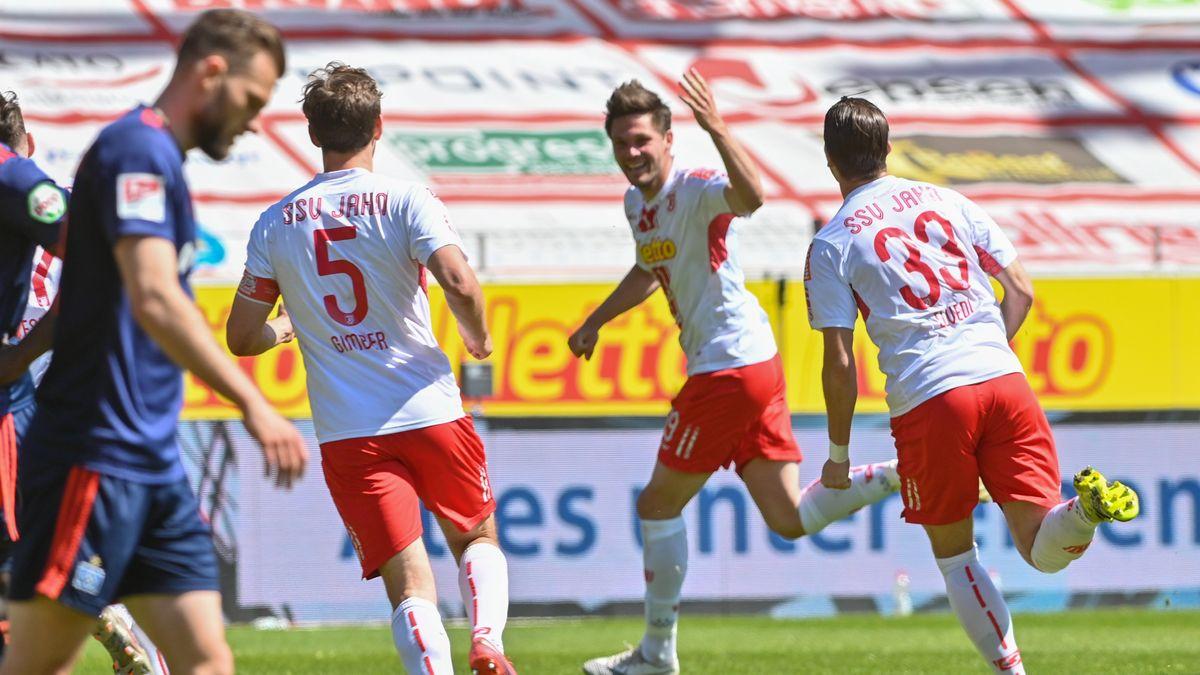 Der Regensburger Andreas Albers (M) jubelt mit Benedikt Gimber und Jan Elvedi nach seinem Treffer zum 1:0 gegen Hamburg.