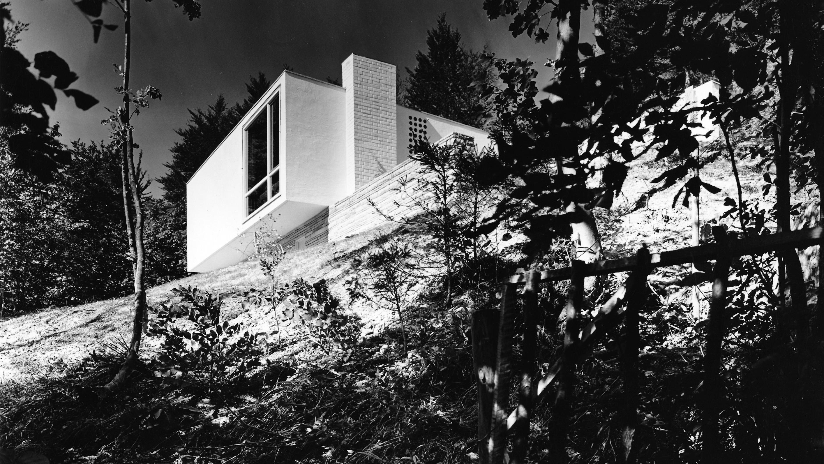 Weißes kubisches Haus am Hand, von unten fotografiert (Haus Gautier in Starnberg, Walther und Bea Betz), 1957