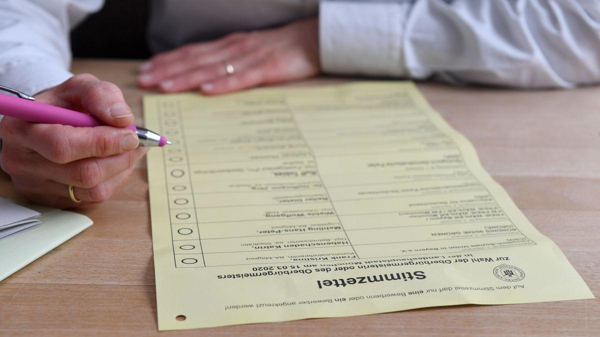 Eine Frau füllt einen Stimmzettel für die Kommunalwahl aus.