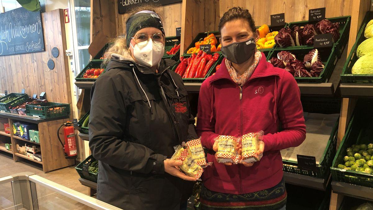 Maultaschenköchin Ina Eschke und Verena Seifried  halten im Hofladen der Seifrieds die fertigen Maultaschen in den Händen