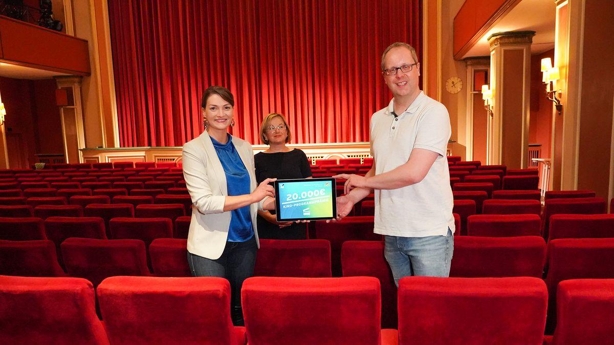 Digitalministerin Judith Gerlach überreicht Sven Holl vom Casino Aschaffenburg 20.000 Euro