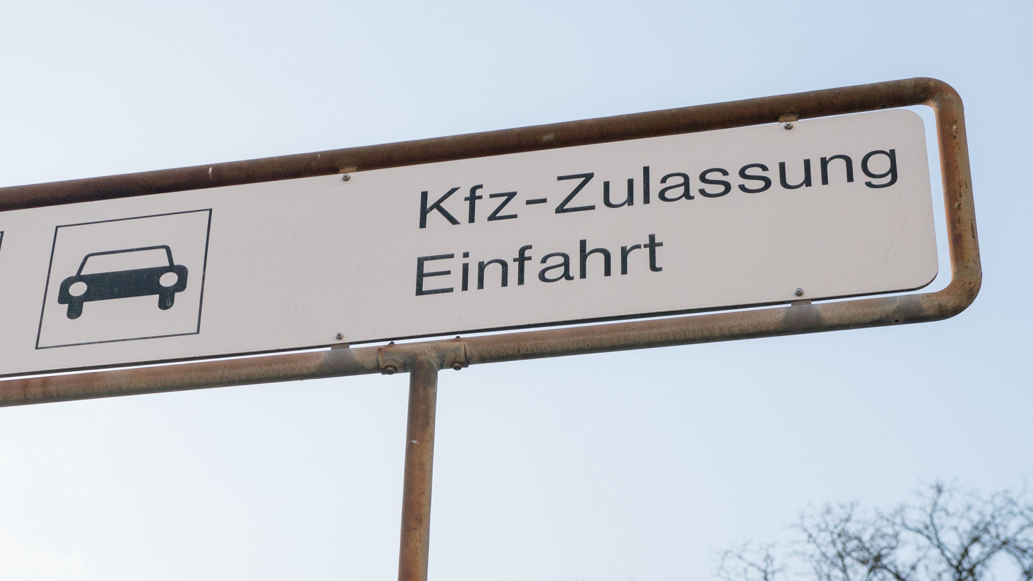 Symbolbild: Einfahrt zu einer KfZ-Zulassungsstelle