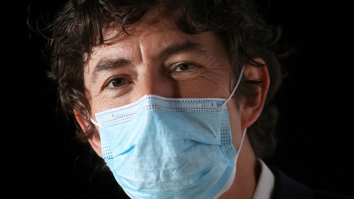 Porträt des Berliner Virologen Christian Drosten mit Mundschutz