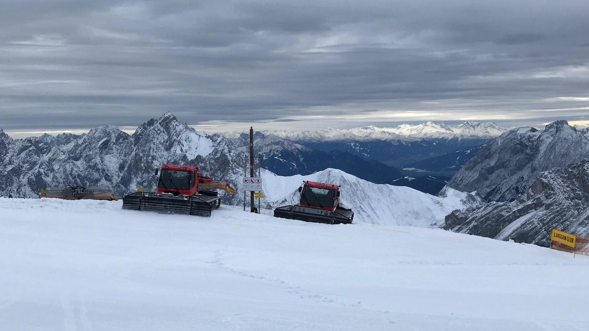 Zwei Pistenraupen auf der Zugspitze.