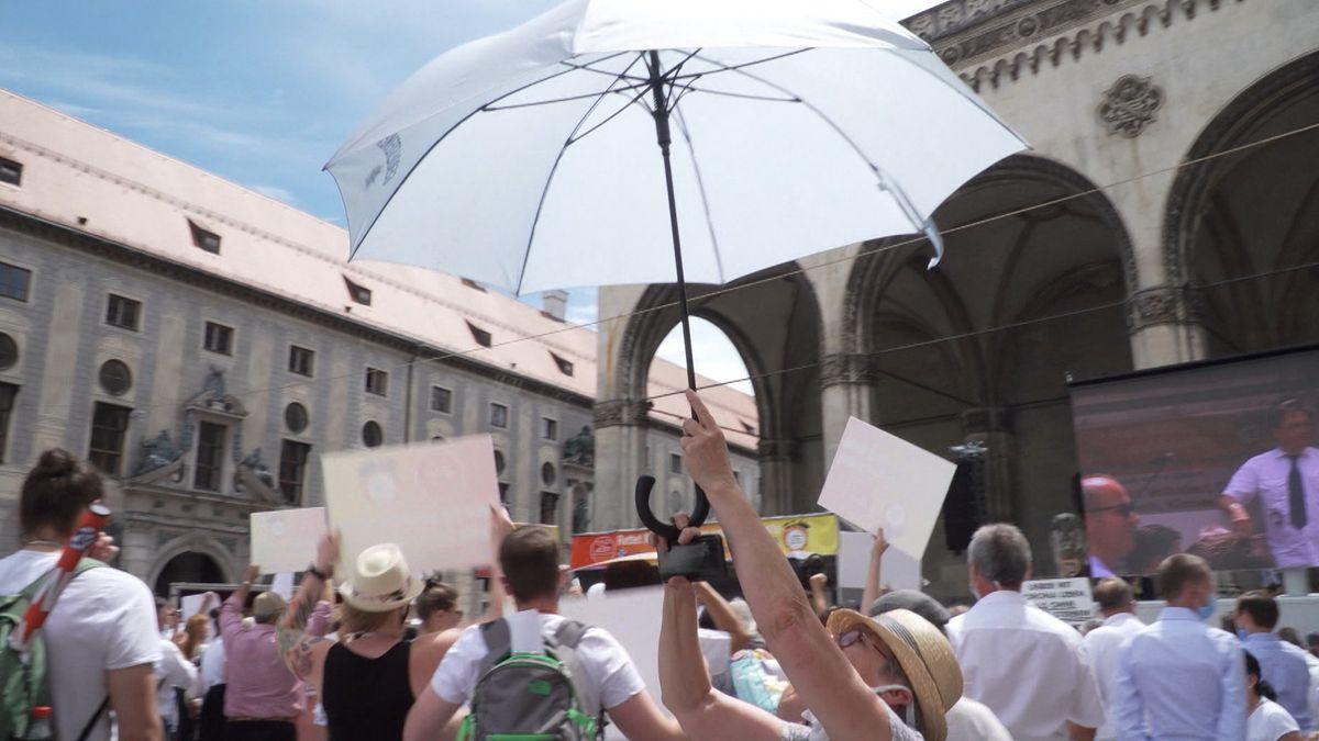 Demonstration von Schaustellern und Marktkaufleuten auf dem Münchner Odeonsplatz. Die Teilnehmer forderten Lockerungen.