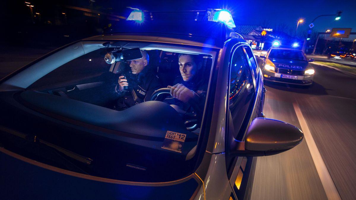 Streifenwagen der Polizei bei einer Alarmfahrt mit Blaulicht (Symbolbild)