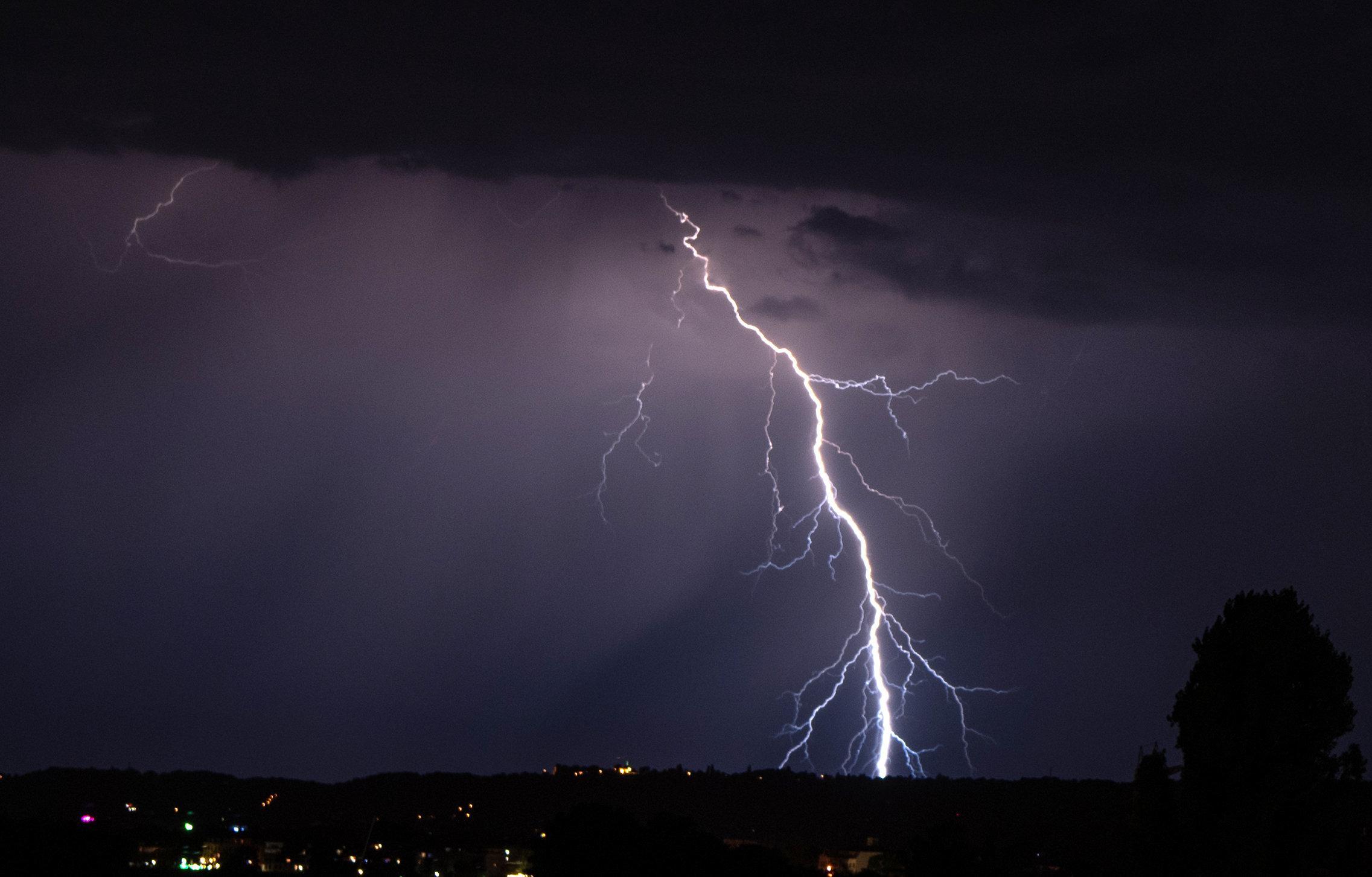 Blitze gehen während eines nächtlichen Gewitters nieder.