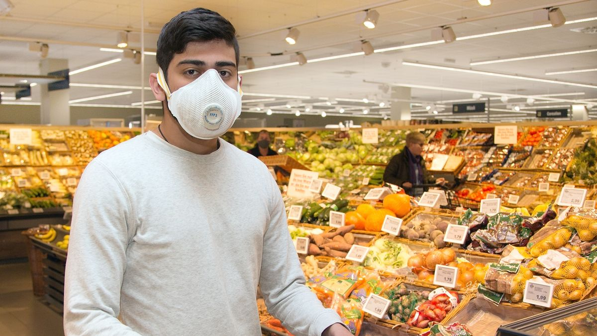 Einkaufen in Zeiten von Corona: Mit Mundschutz-Maske und bei steigenden Obst und Gemüsepreisen.