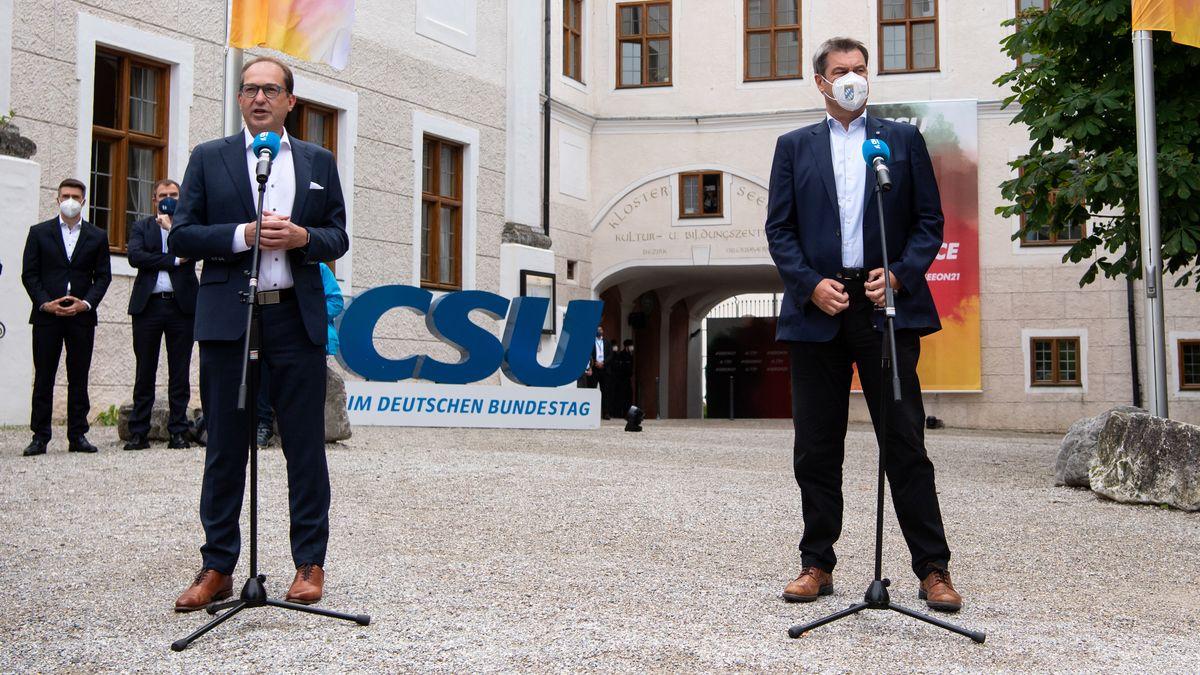 CSU-Landesgruppenchef Dobrindt (l.) und Parteichef Söder (r.) am 14.07.21 vor Beginn der Klausur im Kloster Seeon.
