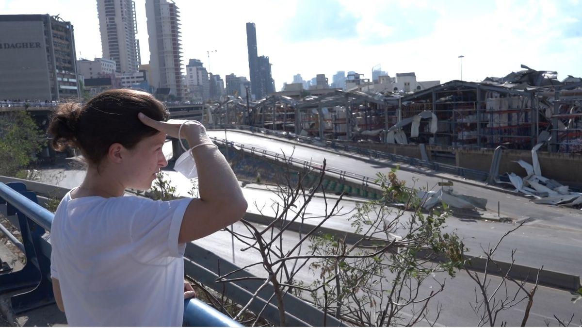 Hanna Resch schaut auf zertrümmerte Lagerhallen im Hafen von Beirut