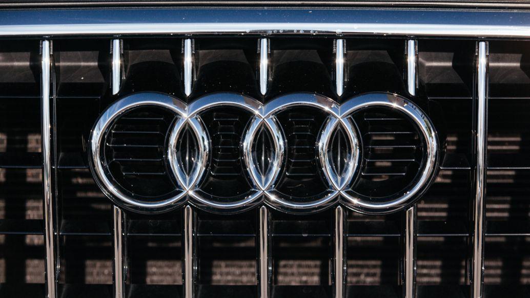 """Das """"Audi"""" Logo auf einer Motorhaube"""