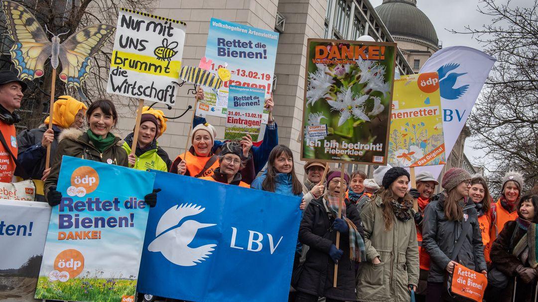 Archivbild: 12.02.2020, München: Mit Plakaten und Bannern nehmen rund 40 Personen an einer Kundgebung der Initiatoren des Volksbegehren teil.