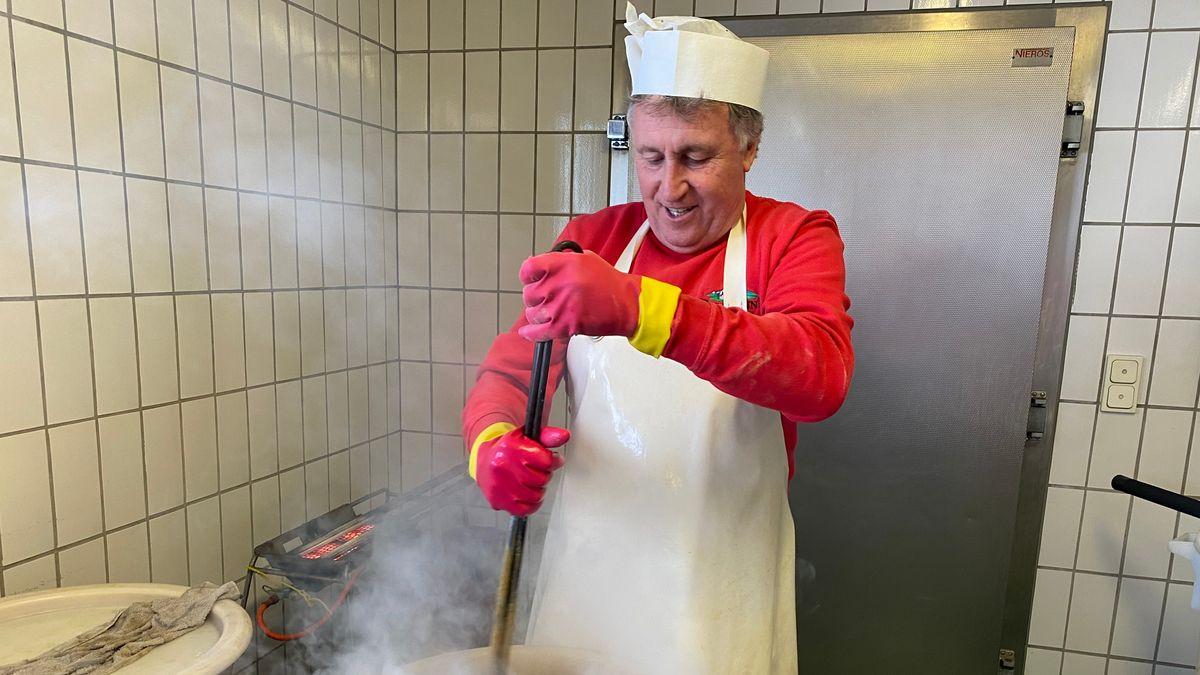 """Senfmacher Gerhard Garnreiter """"stachelt"""" den Senf."""