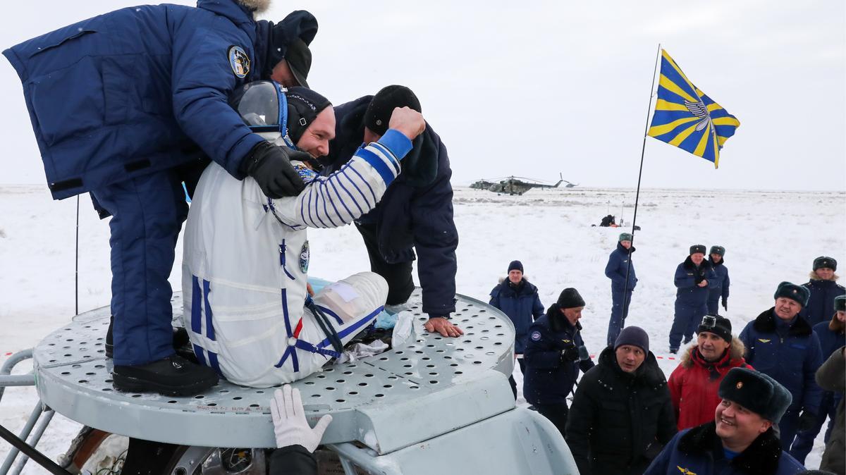 Helfer ziehen Alexander Gerst nach der Landung aus der Sojus-Raumkapsel. Über drei Stunden war der deutsche Astronaut in der Sojus von der Internationalen Raumstation (ISS) zur Erde unterwegs.