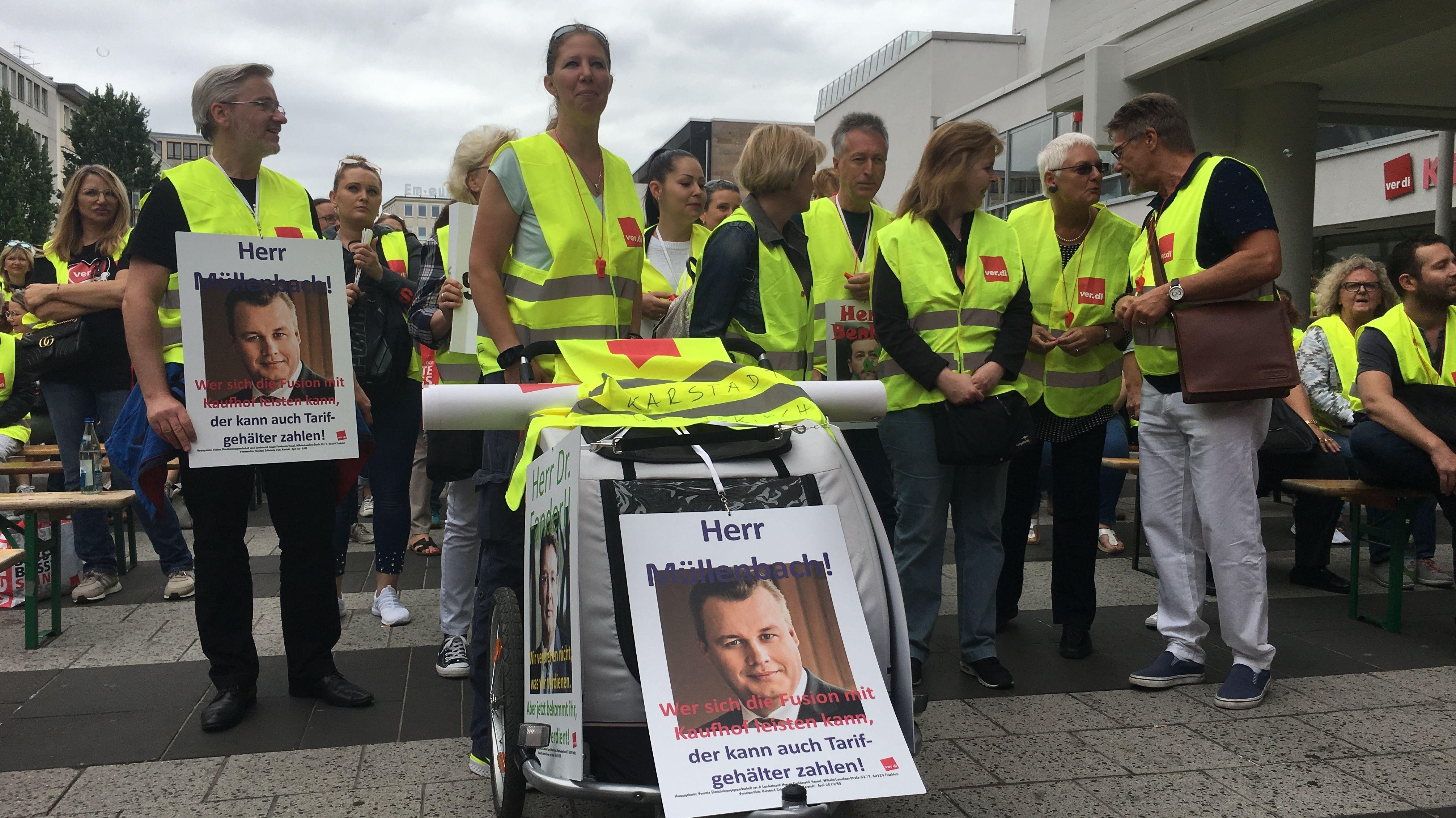 Mitarbeiter des bayerischen Handels bei der Demonstration am Kornmarkt in Nürnberg