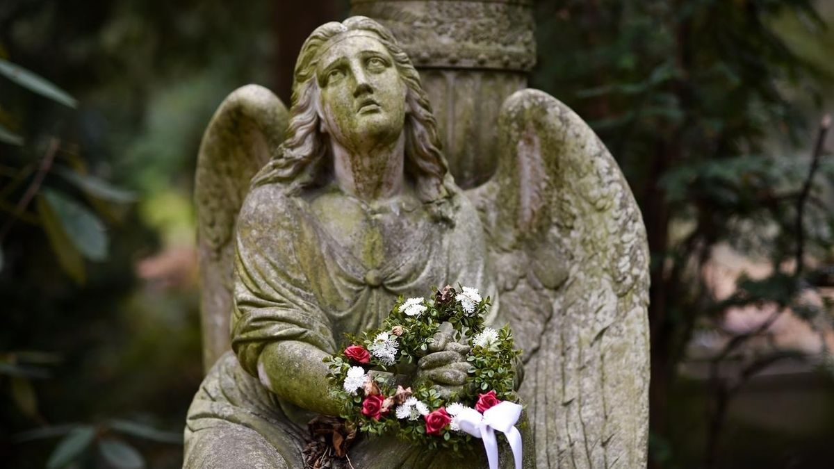 Trauerengel mit Blumenkranz