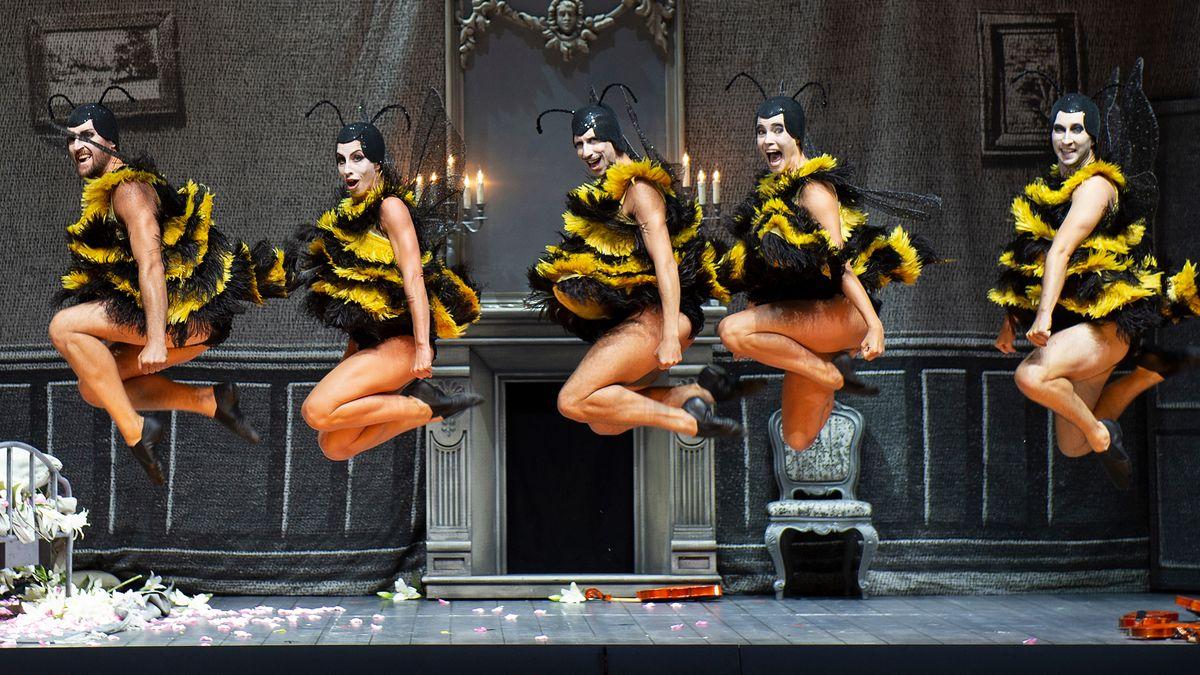 Tänzer im schwarz-gelb Look
