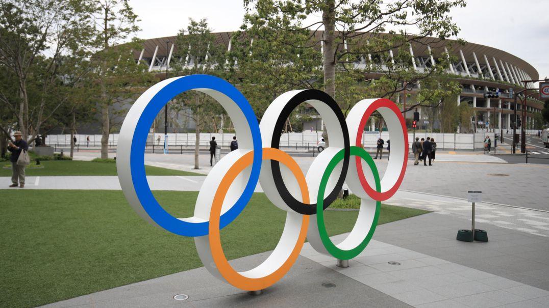 Tokio: Die Olympischen Ringe sind vor dem Olympischen Stadion aufgebaut.
