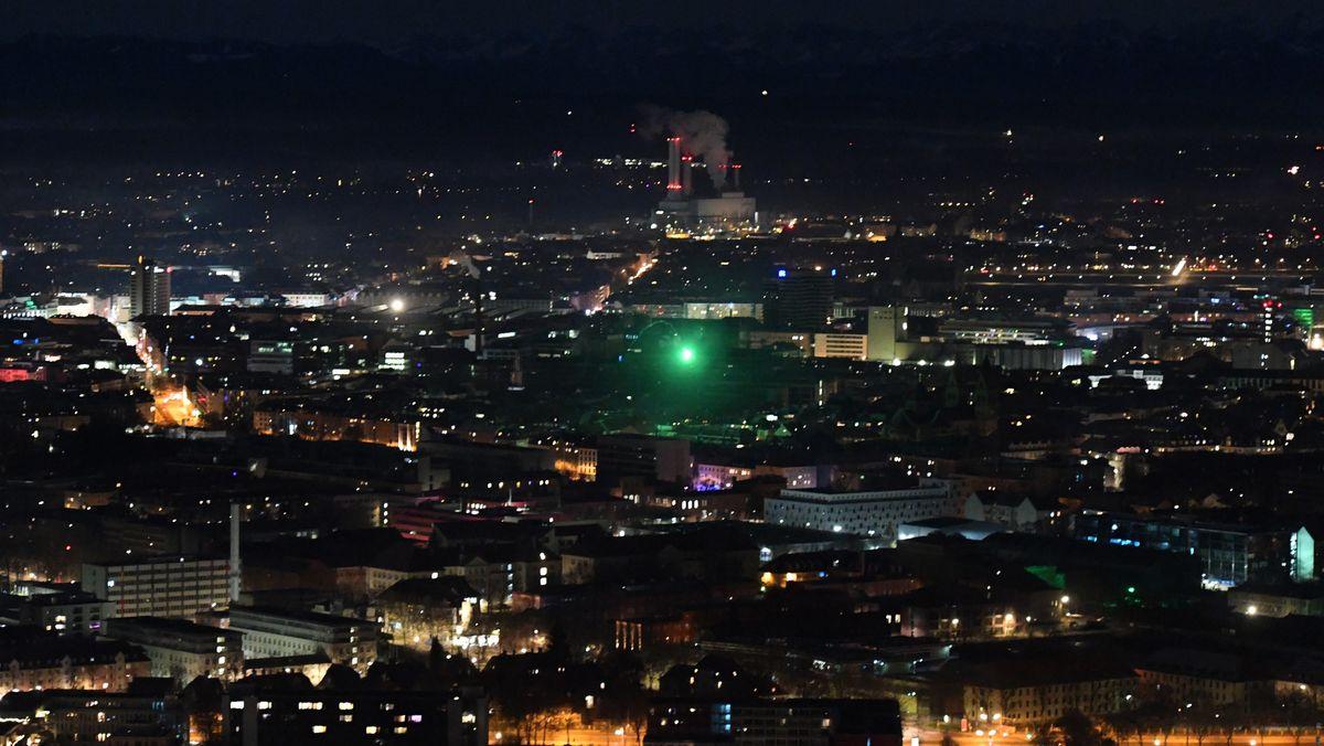 Lichtpunkt: Blick vom Olympiaturm Richtung Sendling mit einzelner Silvesterrakete