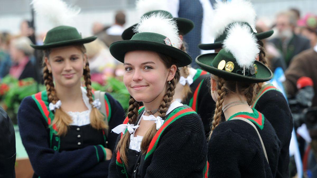 Junge Frauen in Tracht auf dem Oktoberfest in München