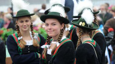 Junge Frauen in Tracht auf dem Oktoberfest in München | picture alliance / dpa Foto;Tobias Hase