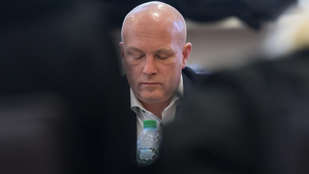 Der suspendierte Regensburger Oberbürgermeister Joachim Wolbergs (SPD) wartet im Prozesssaal.